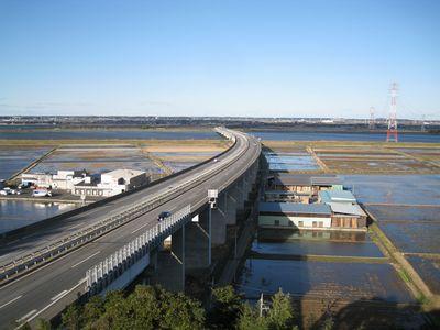 佐原パーキングエリア上りから望む利根川と東関東道